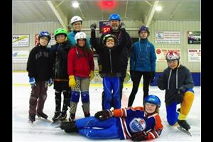 Les patineurs de vitesse de Hay River sont de retour sur la glace : Ian Aylward, Jon Tatti, Kristin Mahler, Annika Pellissey, Jacob Aylward, Harry Scheper, Nicole Griffiths, Harrison Tweedie-Pitre et son petit frère Spencer Tweedie-Pitre au centre. (Crédit photo : Finno Celestin)